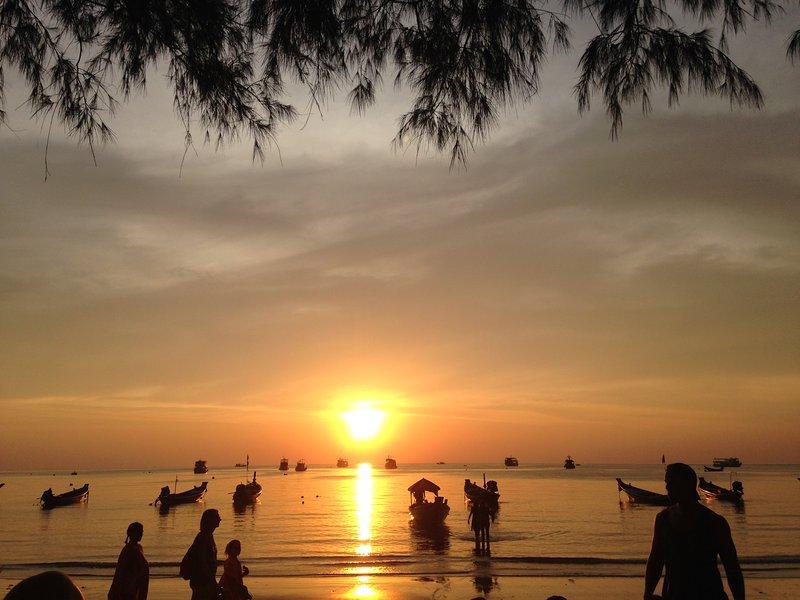 Puesta de sol en la playa de Sairee