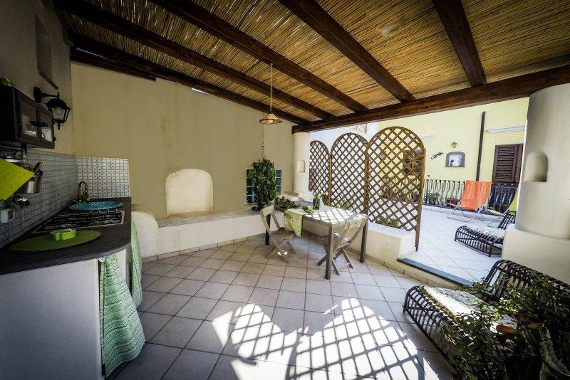 Ampio monolocale con veranda attrezzata e cucina all\'aperto ...