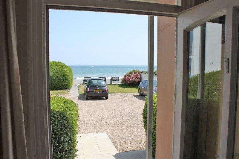 Porta da cucina che porta al di fuori zona salotto - vista sul mare.