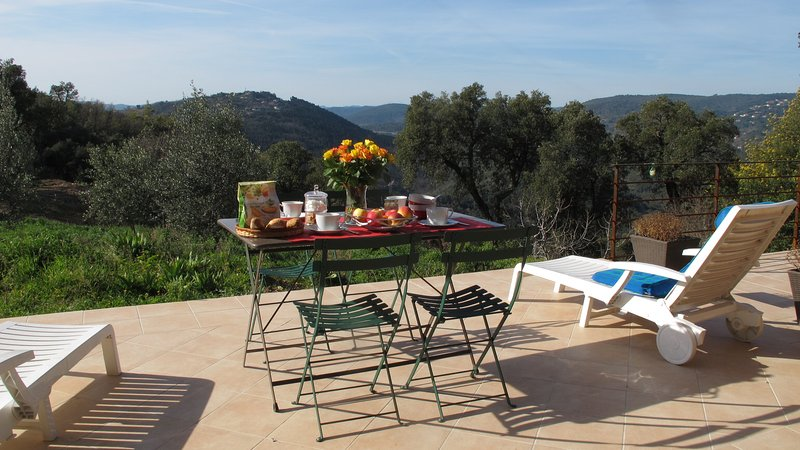 Demandez à vos repas sur la terrasse face à la rivière et le lac Siagne Vallée de St Cassien!