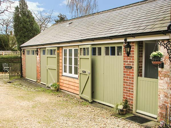 OLD CART SHED, single-storey wing, WIFi, pet-friendly, romantic retreat, in, holiday rental in Royal Wootton Bassett