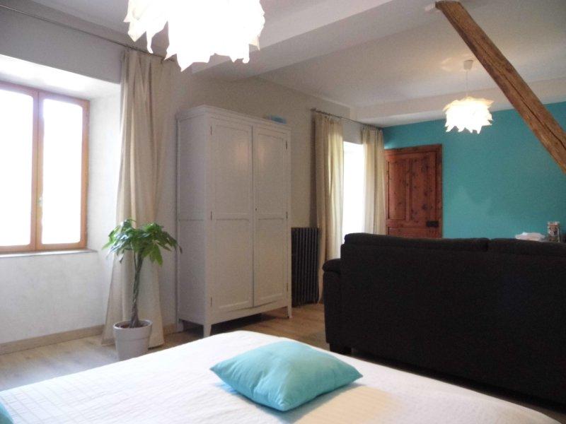 Chambre 'PIA' avec petit déjeuner , L'Atelier S Bagnols les Bains, location de vacances à Mende