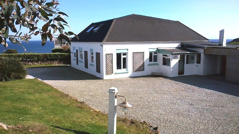 Detached cottage in 1 acre with lots  of private space for your to park around the property grounds