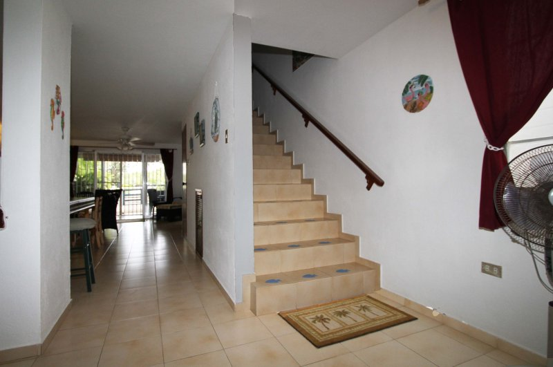 El hall de entrada frontal. Cocina a la izquierda, por delante de la sala de estar con las habitaciones de arriba.