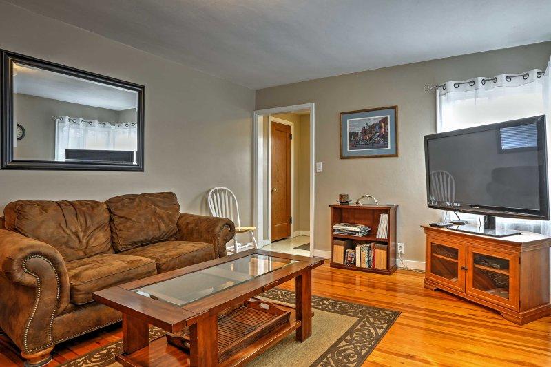 Le salon dispose d'un canapé en cuir et d'un grand téléviseur à écran plat de 55 pouces