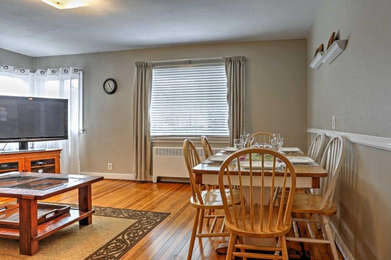 De grandes fenêtres remplissent la maison d'une lumière chaude et naturelle.