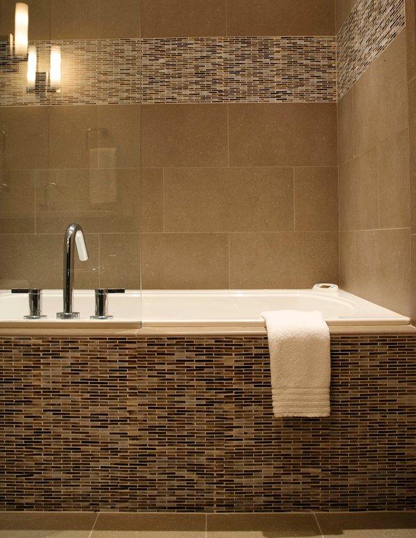 El segundo baño principal tiene una bañera de hidroterapia con respaldo climatizada