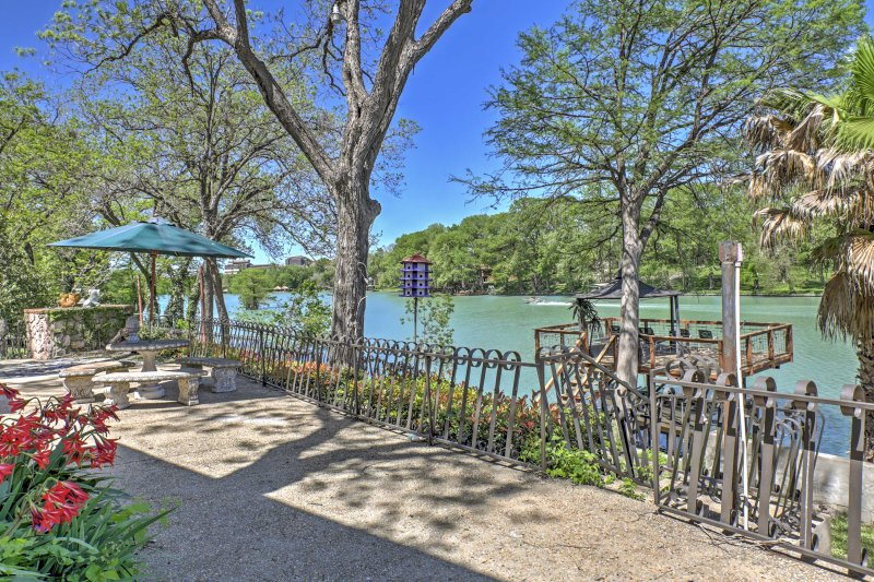 Spacious Seguin Home on Lake Placid w/ Dock & Deck, holiday rental in McQueeney