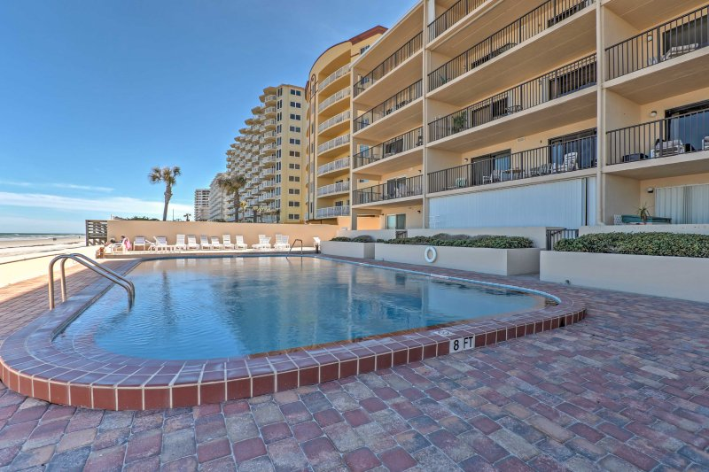 Prime Daytona Beach Condo w/ Beachfront Patio!, location de vacances à Daytona Beach Shores