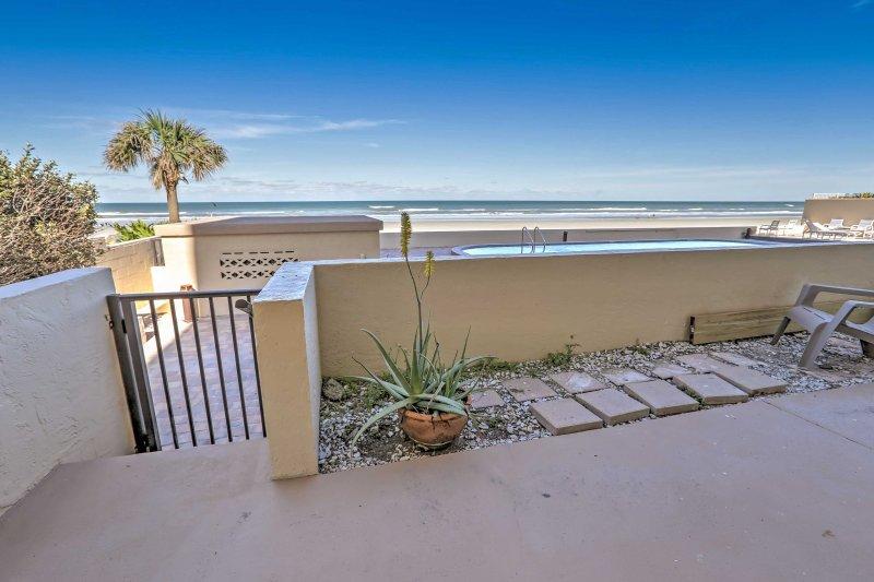 Rilassatevi nel patio con una bevanda rinfrescante come si guarda il tramonto sull'oceano.