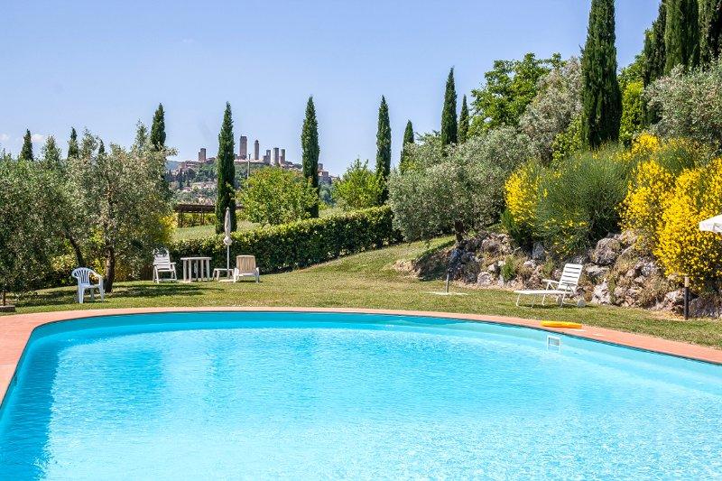 Impresionantes vistas desde la piscina compartida hacia las torres de San Gimignano!
