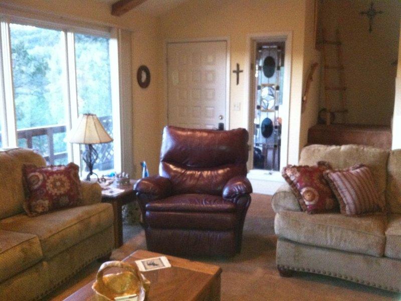 sala de estar equipada com uma cadeira confortável