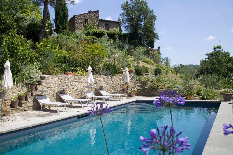 Piscina con area a sud della casa sopra. Ci sono 10 posti letto con piscina a tutti (non tutti mostrati).