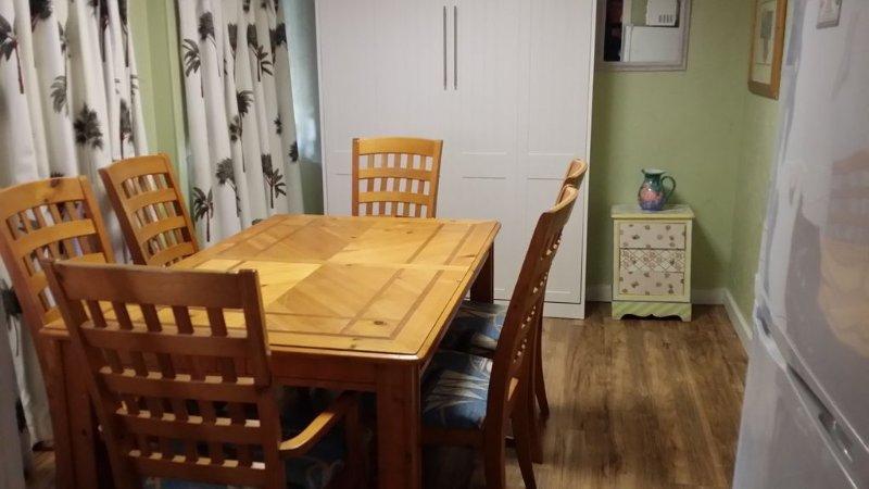 White Murphy muur bed in de keuken, heeft TV en Deur
