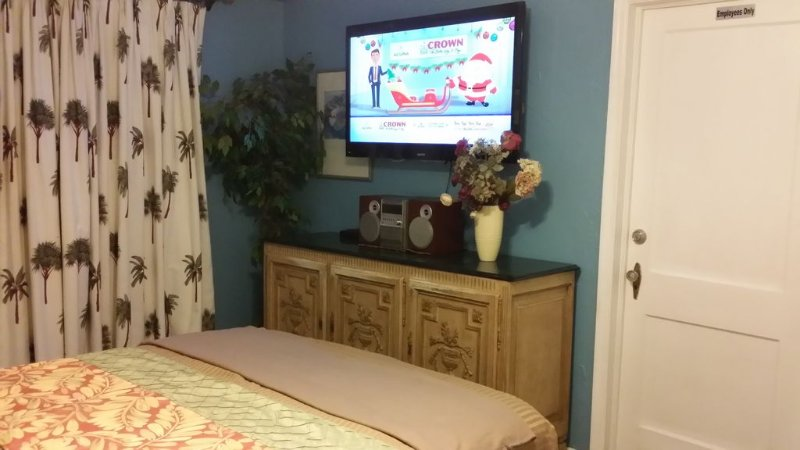 50 inch tv in de slaapkamer met een kingsize bed