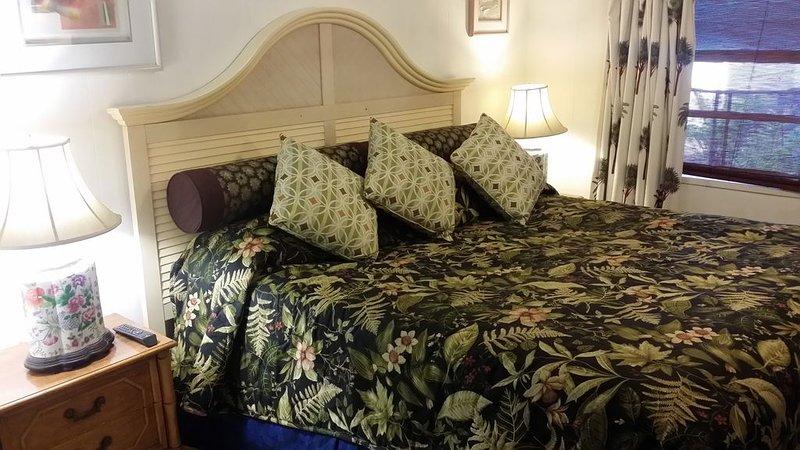 Kingsize bed, veel ramen in de slaapkamer tegelvloeren
