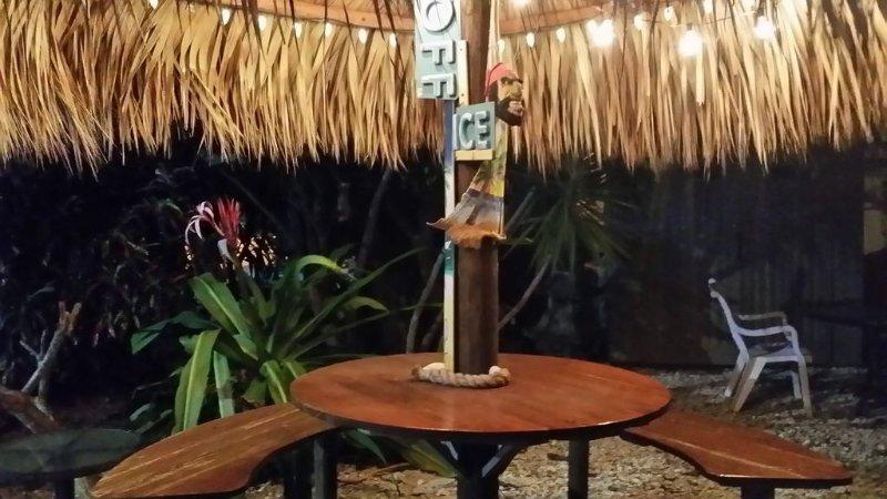 Tiki hut zithoek voorkant van het huis met echte shell yard