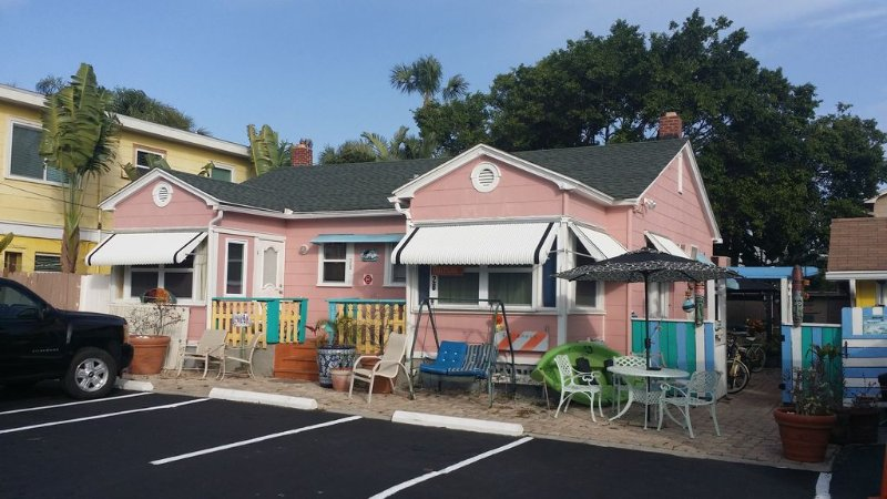 Pink Dolphin Cottage 100 Steps to the Beach Sleeps 7, Pets Okay, Value, vacation rental in Clearwater
