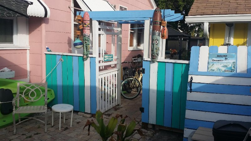 Ingang van strand naar Tiki Grote huisje douche naar rechts
