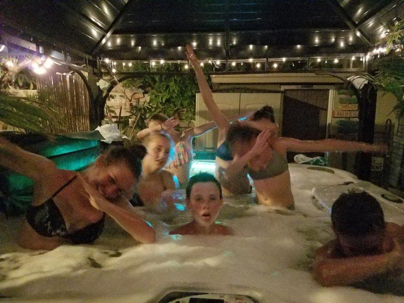 Tieners met plezier in de hot tub 's nachts