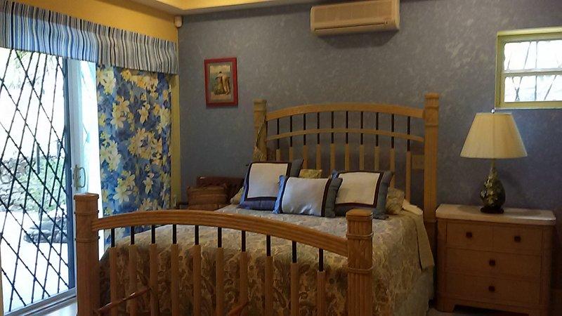 Privado, habitación con aire acondicionado, cama de matrimonio con colchón de firmeza media. Sábanas 100% de algodón.