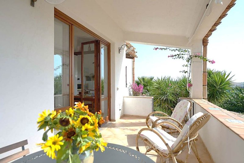 Country cozy apartment with veranda: relax at 6mins from beach, holiday rental in Cianciana