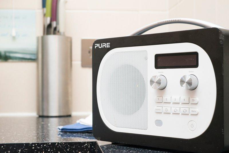 Desfrute de uma grande mundo da música com o rádio DAB na cozinha.