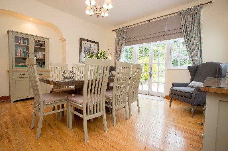 Situado ao lado da cozinha, sala de jantar tem uma mesa de mármore oito assento.