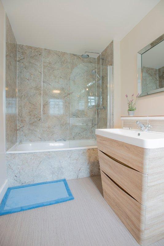 A casa de banho tem uma banheira de aço revestido e um chuveiro duplo.