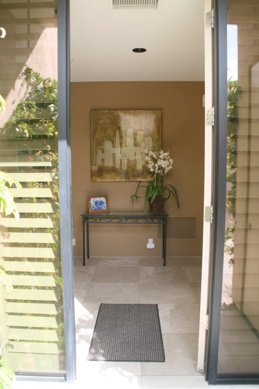 Entrada. Las habitaciones están en cada lado de la entrada.