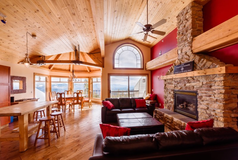 SLEEPS 19 Highlander B -3 Bedroom+Den+Loft+Sauna+Pool Table and Hot Tub, vacation rental in Big White