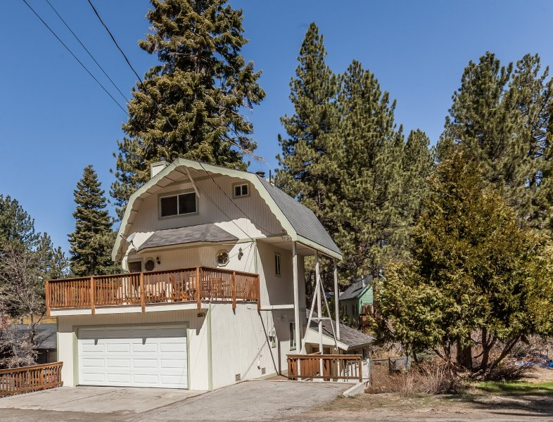 Spacious 3.5 floor cabin with large second floor deck