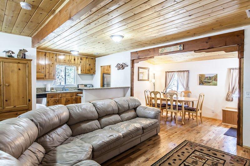 Open woon- en eetkamer met eiken vloeren en grenen plafonds