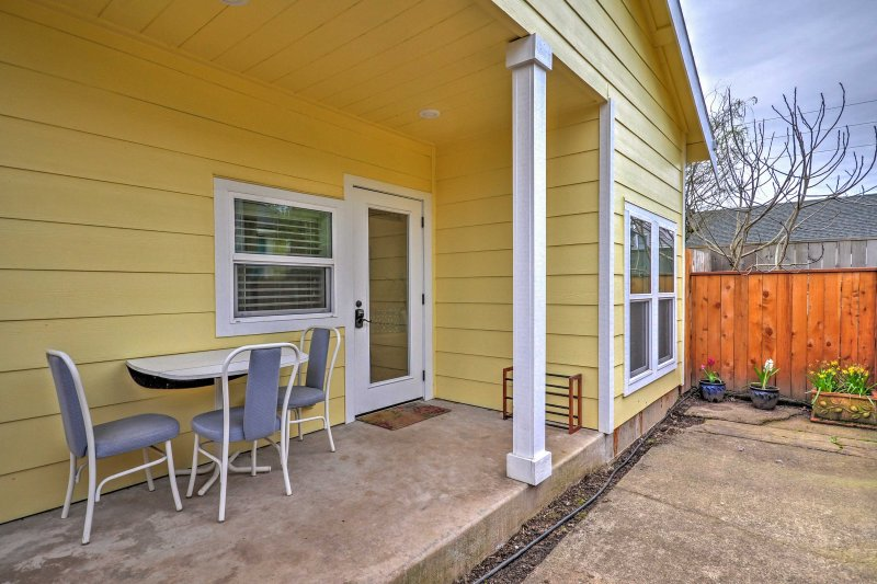 Experience Portland's diverse culture from this brand new, residential vacation rental cottage that sleeps 5 in the beautiful Woodstock neighborhood.