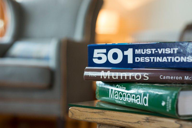 Nós fornecemos uma ampla gama de livros de referência, guias locais e ficção para os hóspedes.