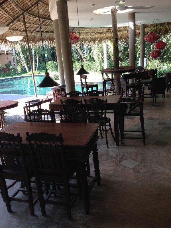 Restaurant et piscine extérieure