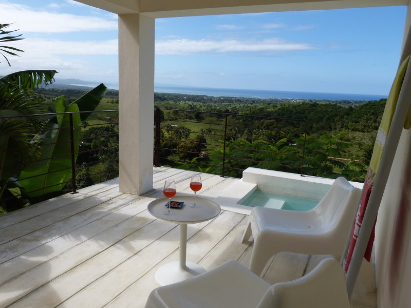 Suite with minipool for 2, magical sunsets and A/C. Ideal for lovers !, alquiler de vacaciones en Magante