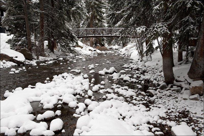 Puente cubierto de nieve sobre Gore Creek