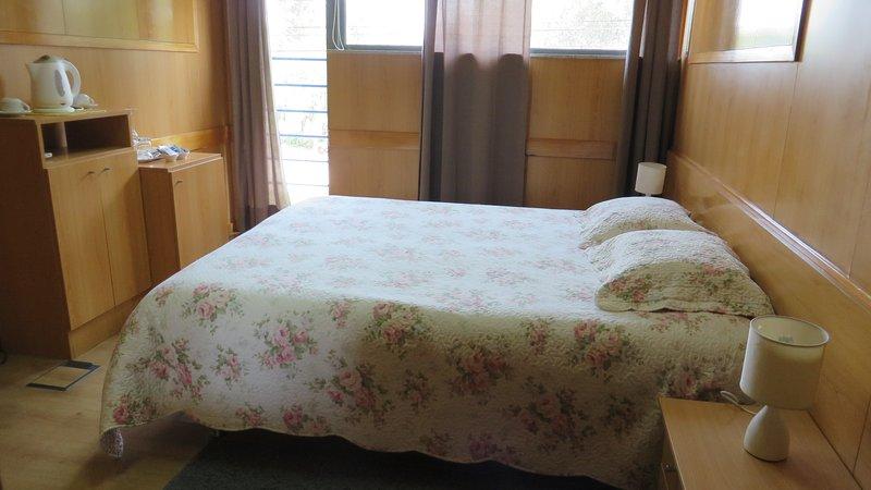 Quarto Duplo ou Twin com Casa de Banho Externa, holiday rental in Vila Verde