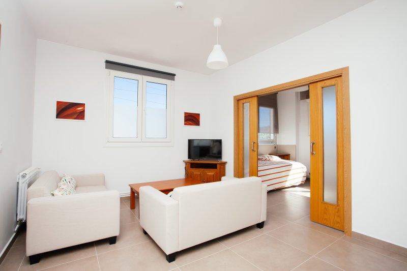 No 8 - Apartamento turístico nuevo de dos dormitorios al lado de San Sebastián, holiday rental in Lasarte-Oria