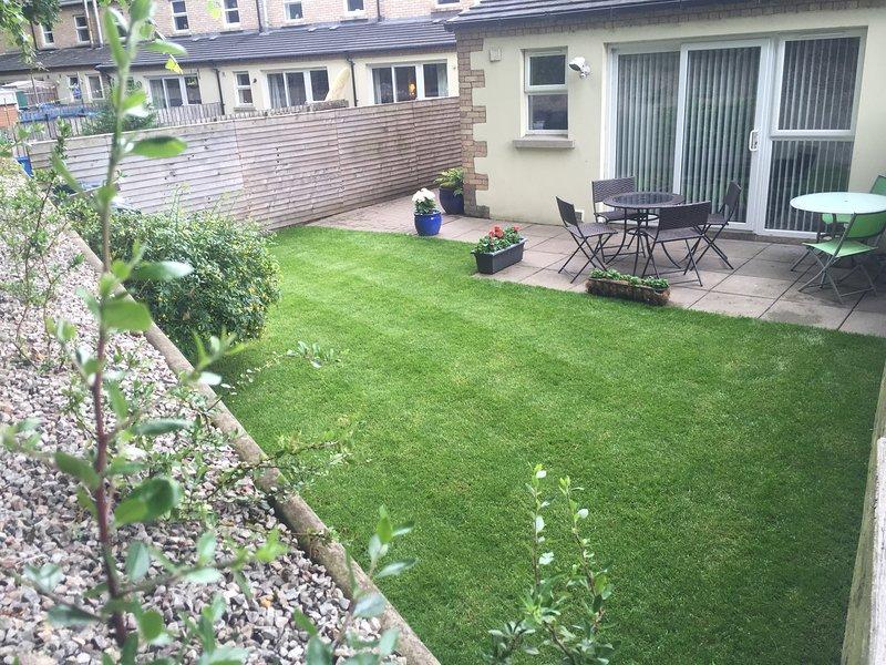 Verkleideten hinteren Garten und Terrasse