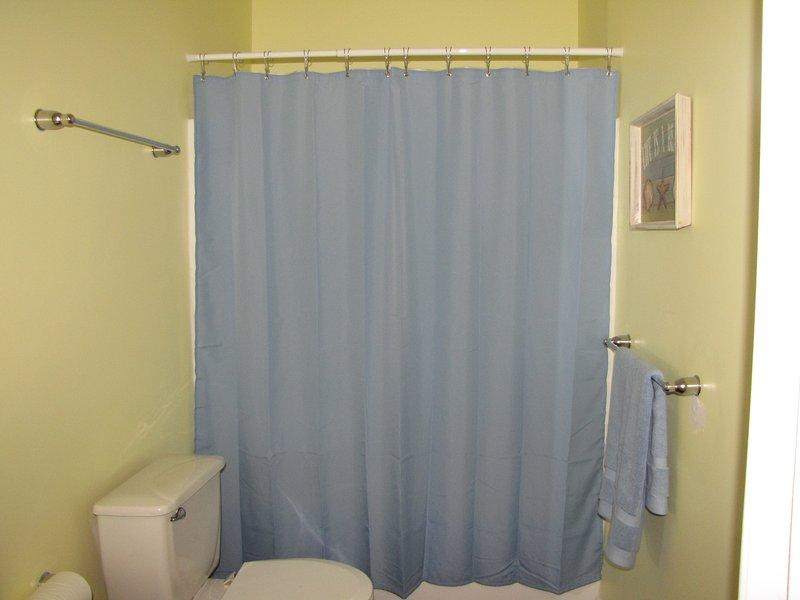 Salle de bain complète, avec baignoire / douche combo 2ème étage