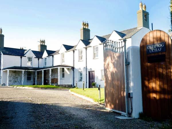 HEN HOUSE, beautifully presented ground floor cottage, enclosed garden with, location de vacances à Llanfachraeth