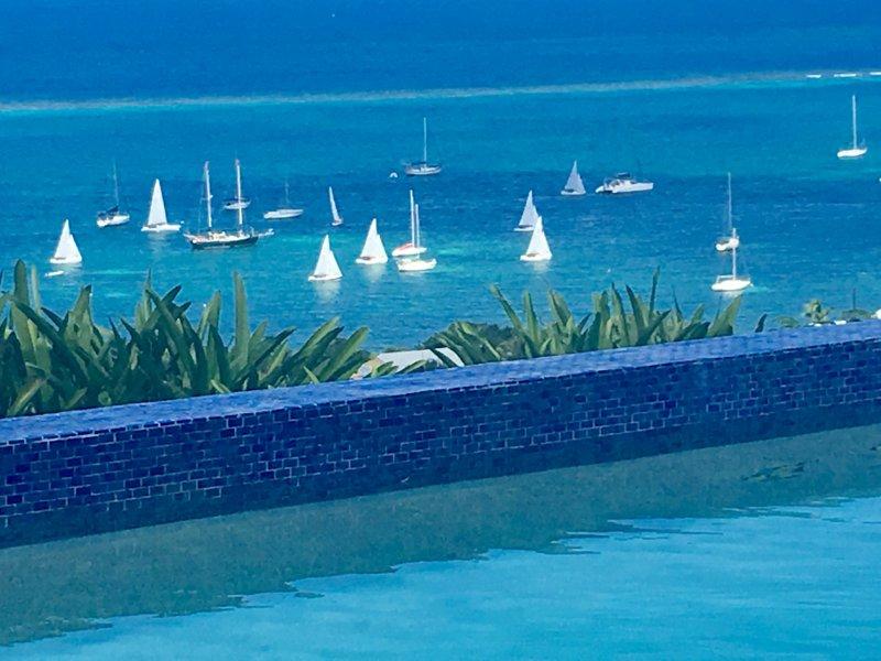 Regardez les bateaux Sail aller et venir à Saint-Yacht Club juste CROIX-dessous de votre piscine privée