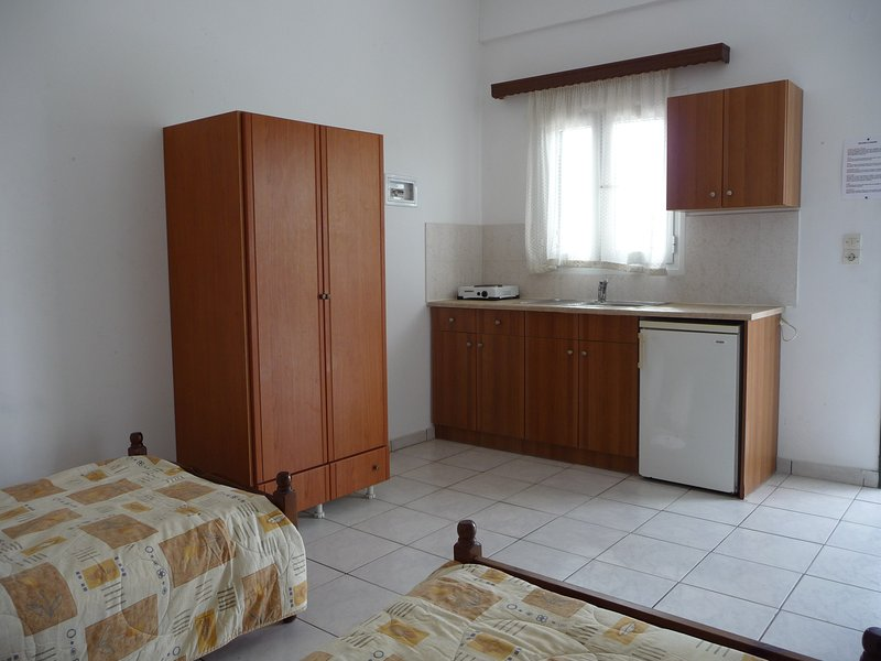 Studio - 2 beds, private bathroom, kitchenette, safe and fan