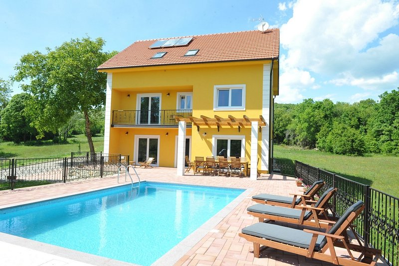 DETACHED HOLIDAY HOME WITH POOL FOR UP TO 10 PERSONS, vacation rental in Kotlenice