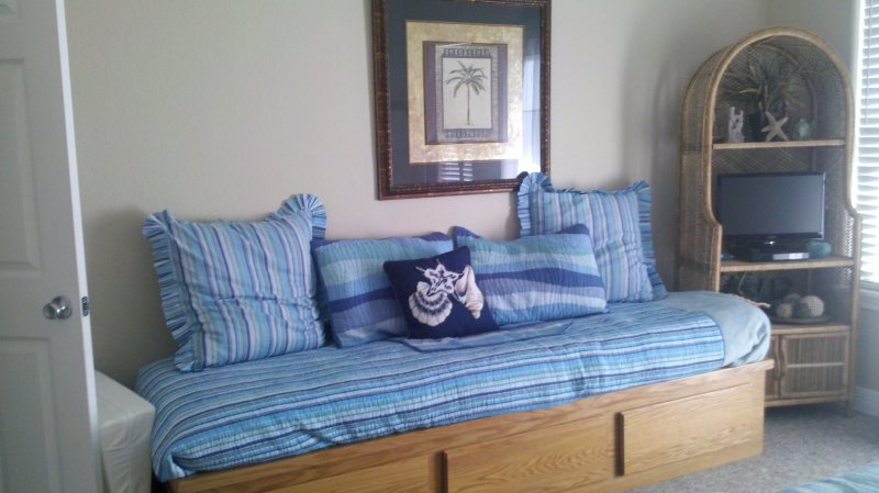 Bed,Bedroom,Furniture,Screen,TV