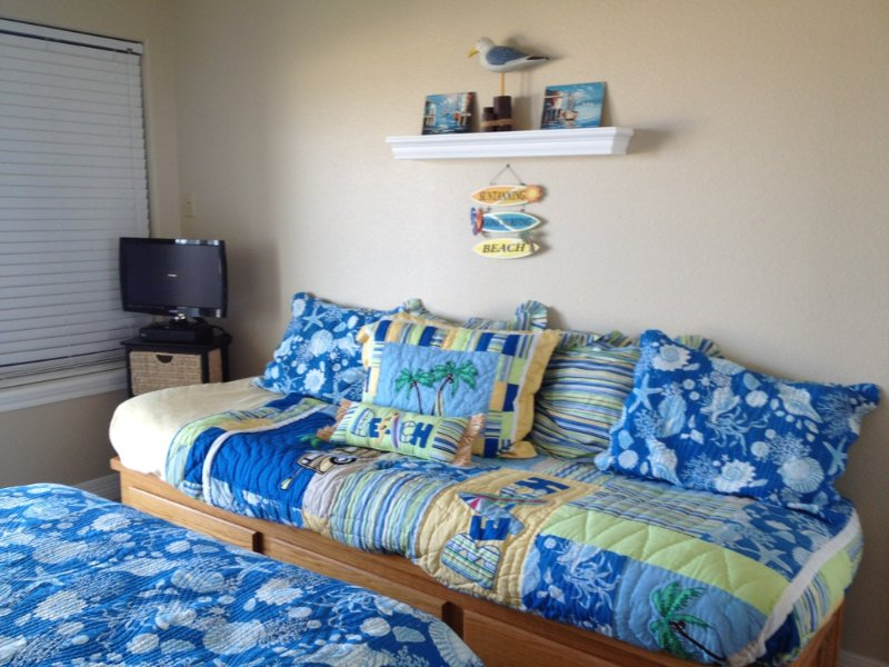Bed,Bedroom,Furniture,Cushion,Home Decor