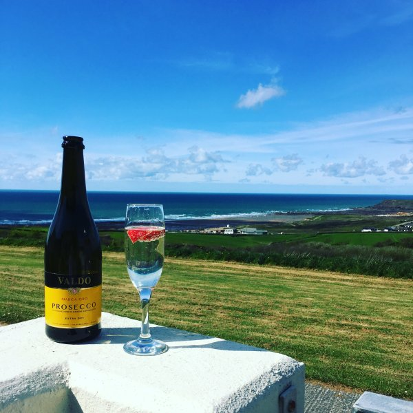Unrestricted Sea view chalet overlooking Widemouth Bay, casa vacanza a Widemouth Bay