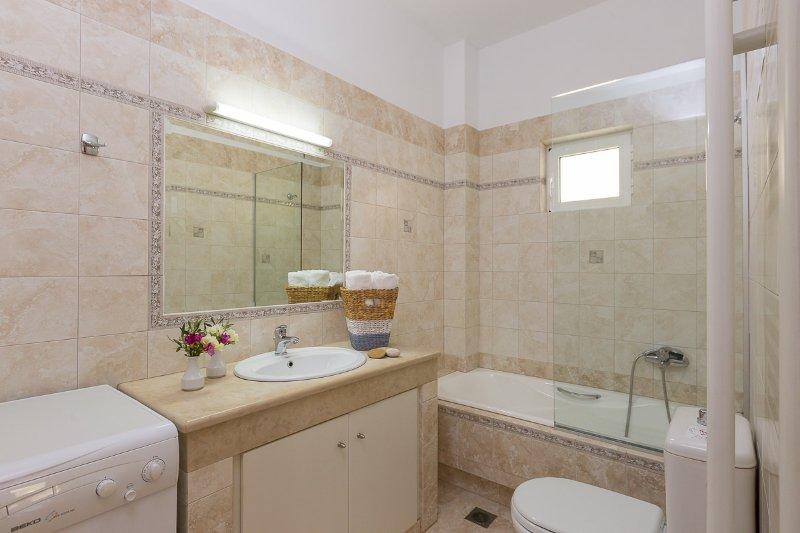 Bathroom with bathtub located on the ground floor! A second bathroom can be found on the 1st floor.